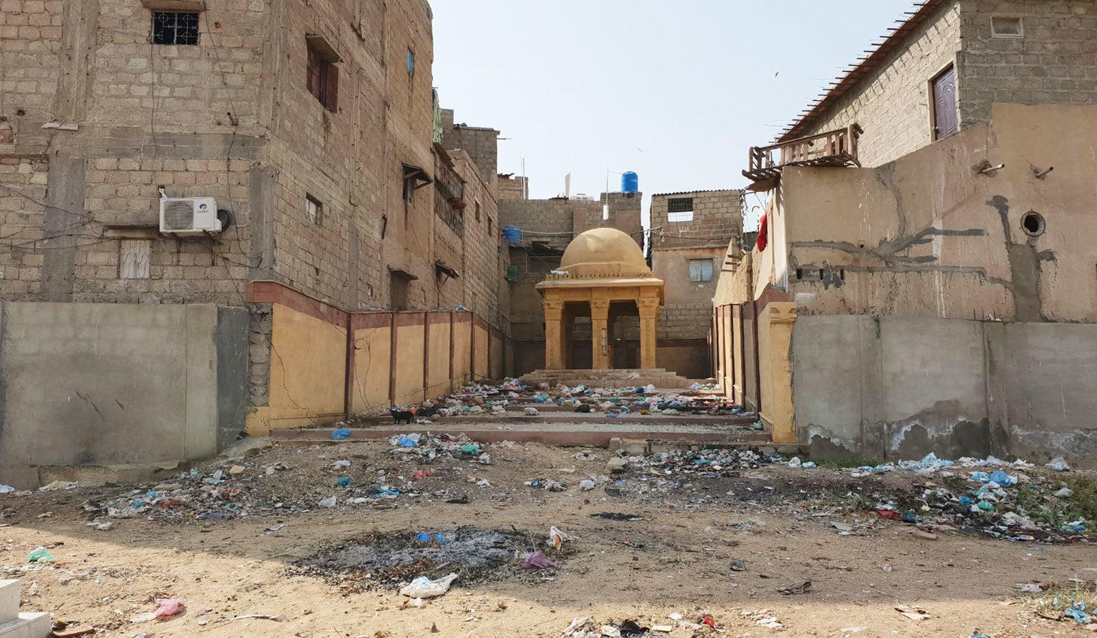 قبرستان میں موجود شہزادی کے مقبرے کو قبضہ مافیا سے خطرہ لاحق ہے—تصاویر: وقار محمد خان