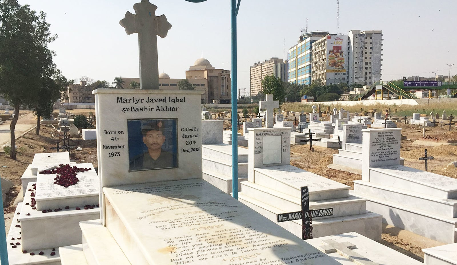 قبرستان میں موجود مسیحی پولیس اہلکار کی قبر— فوٹو: وقار محمد خان