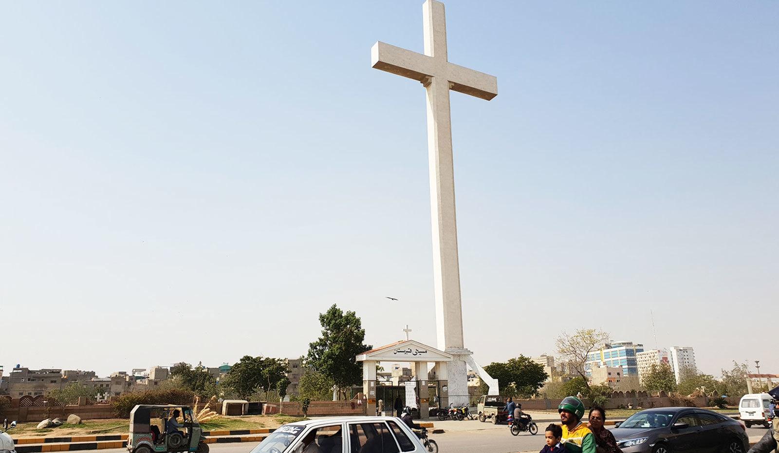 کنکریٹ سے بنا جنوبی ایشیا کا سب سے بڑا مسیحی صلیب—تصاویر: وقار محمد خان