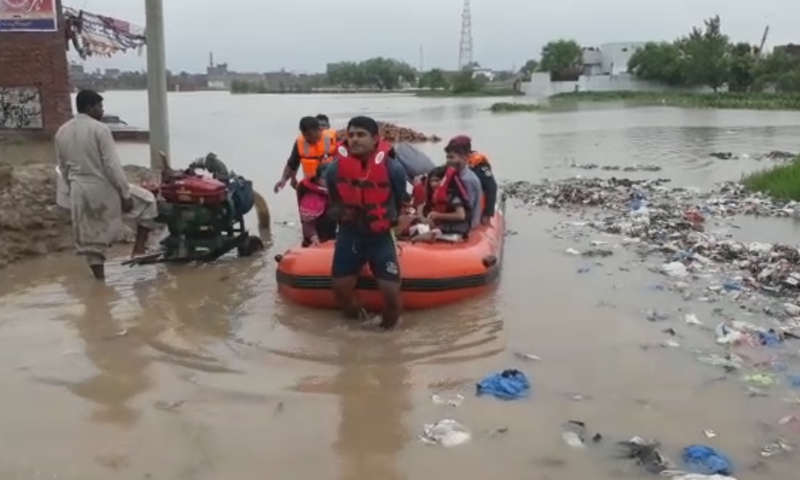 ریسکیو اہلکاروں نے بارش سے متاثرہ علاقوں میں امدادی کارروائیوں میں حصہ لیا—اسکرین شاٹ