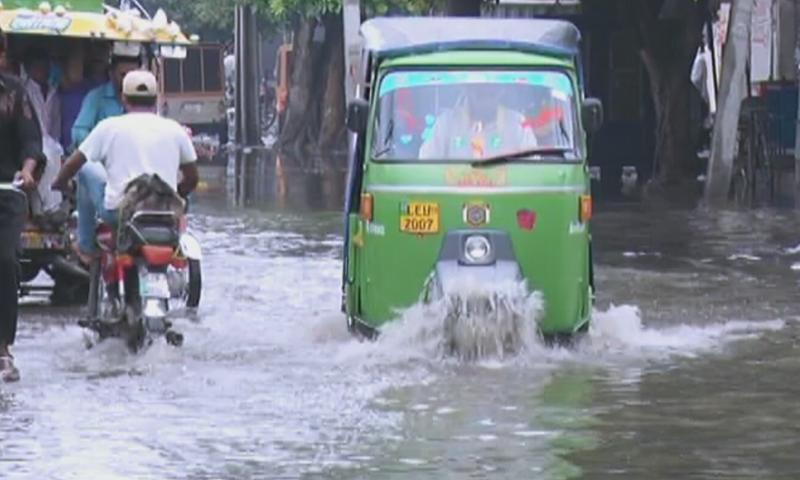 بارش سے سڑکیں تالاب کا منظر پیش کرنے لگیں—اسکرین شاٹ