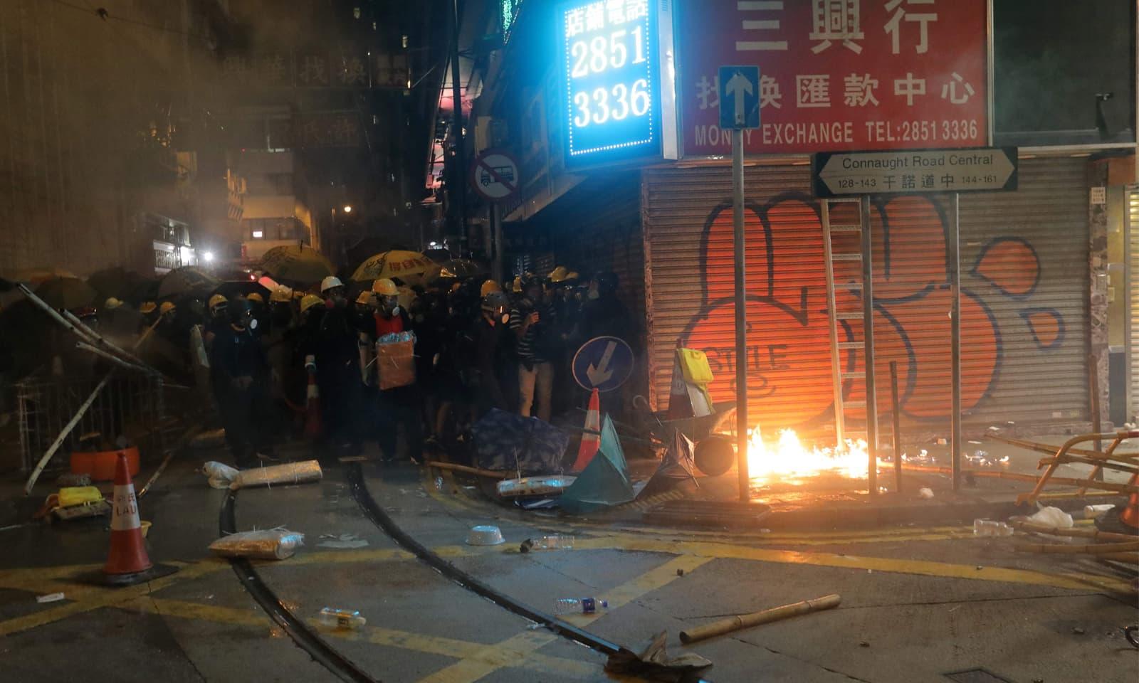 ہانگ کانگ کو املاک کی توڑ پھوڑ سمیت بھاری مالیت کا نقصان بھی اٹھانا پڑرہا ہے—فوٹو: اے ایف پی