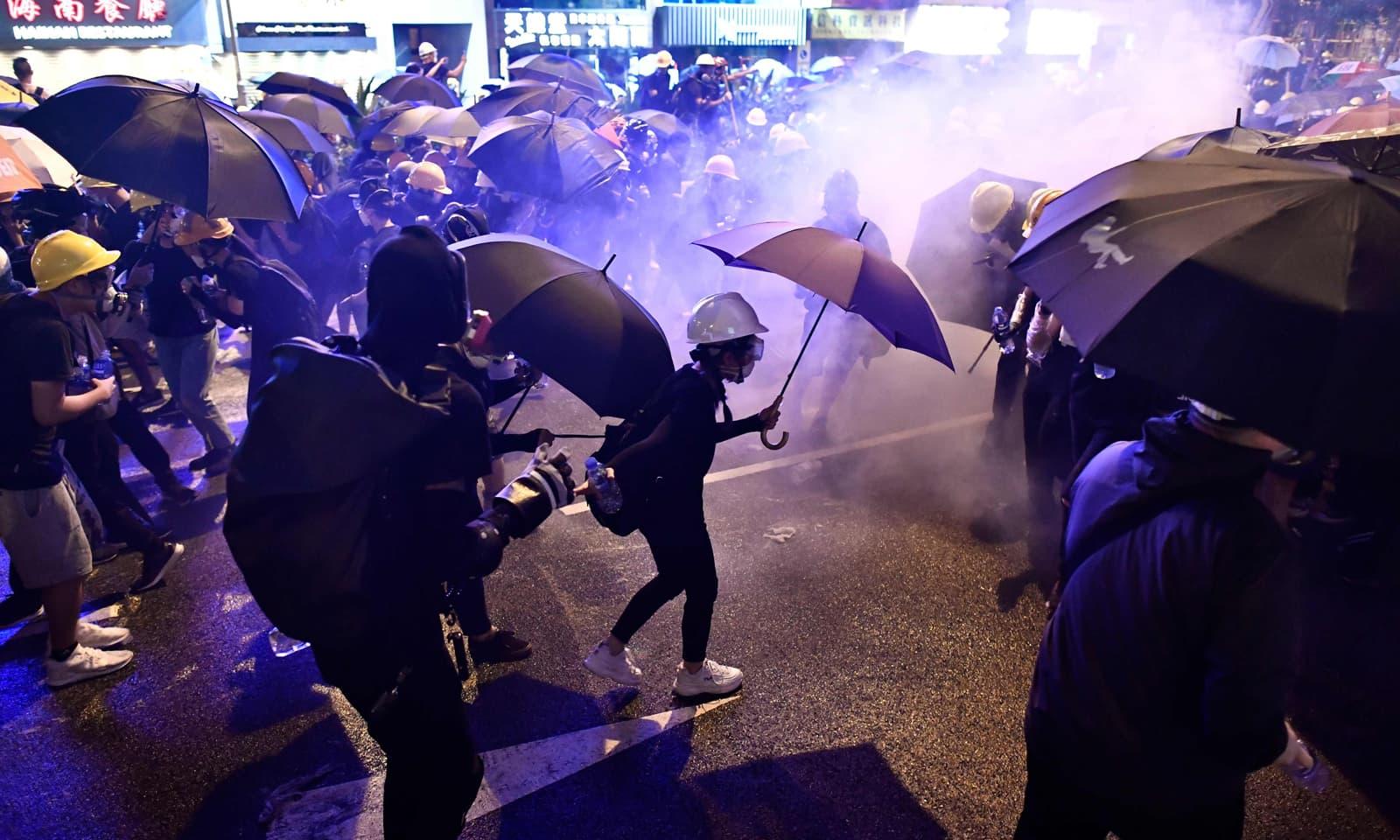 مجرمان کی حوالگی سے متعلق پیش کیے گئے قانون کے خلاف ہانک کانگ کے باشندے سراپا احتجاج ہیں—فوٹو: اے ایف پی