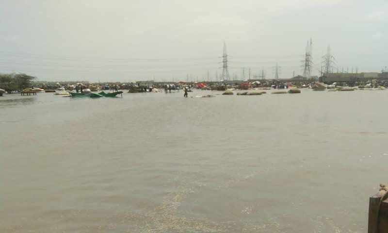 شہر میں بارش رکے کئی گھنٹے گزر گئے لیکن سڑکوں پر پانی اب بھی موجود ہے—فوٹو: فیس بک