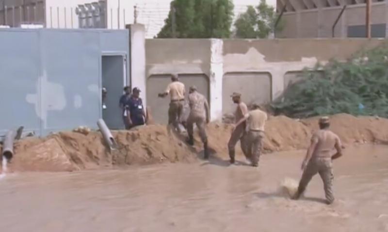 پاک فوج کے جوانوں نے بھی نکاسی آب کے کام میں حصہ لیا—اسکرین شاٹ