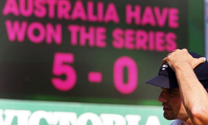 انگلش کپتان ایلسٹر کک 0-5 سے سیریز ہارنے کے بعد اداس نظر آرہے ہیں—فوٹو رائٹرز
