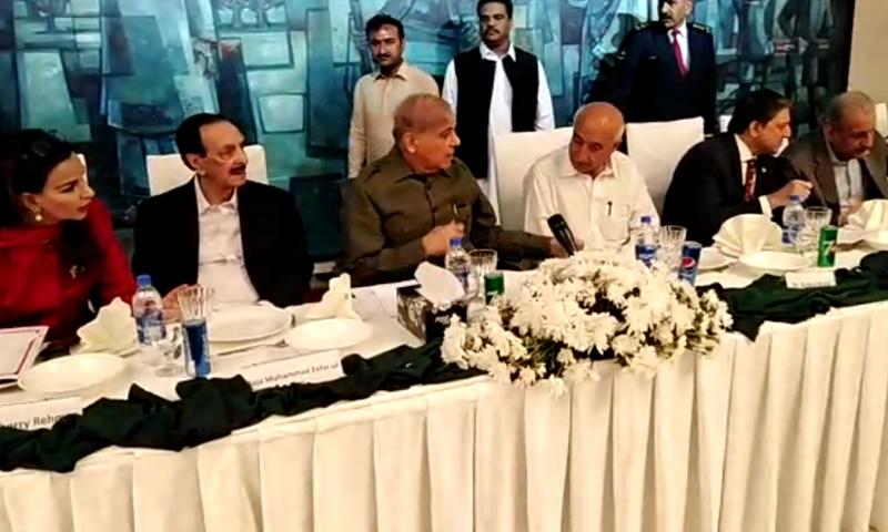 سینیٹ اجلاس سے قبل اپوزیشن رہنماؤں کی بیٹھک ہوئی —فوٹو: ڈان نیوز