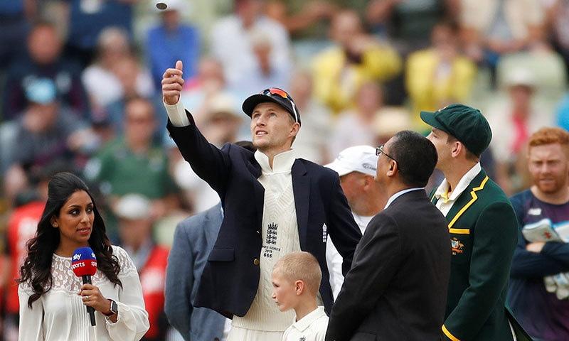 انگلینڈ کے کپتان جو روٹ ایشز سییرز کے پہلے ٹیسٹ میچ میں ٹاس کا سکا اچھا رہے ہیں— فوٹو: رائٹرز