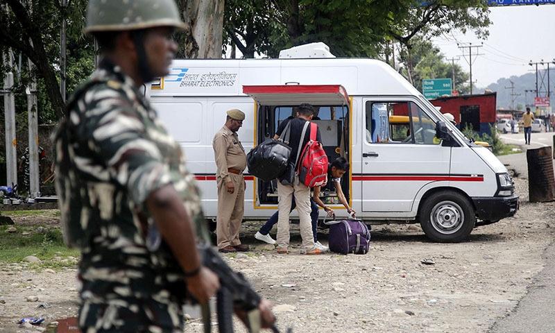 بھارتی حکومت نے تسلیم کیا ہے کہ بھارت کے زیرِ تسلط کشمیر میں ایک ہفتہ قبل 10 ہزار اضافی فوجی بھیجے گئے ہیں — فوٹو: اے ایف پی