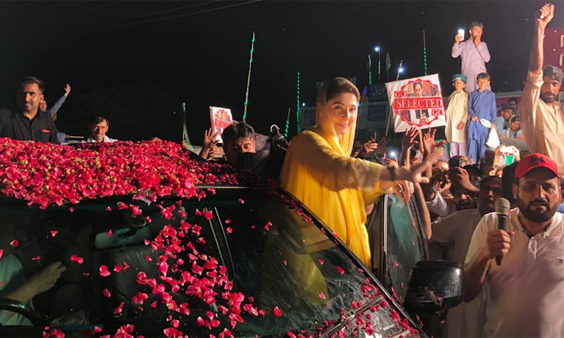 Maryam Nawaz waves to supporters in Mangwal while enroute to address a rally in Khushab. — PML-N Twitter