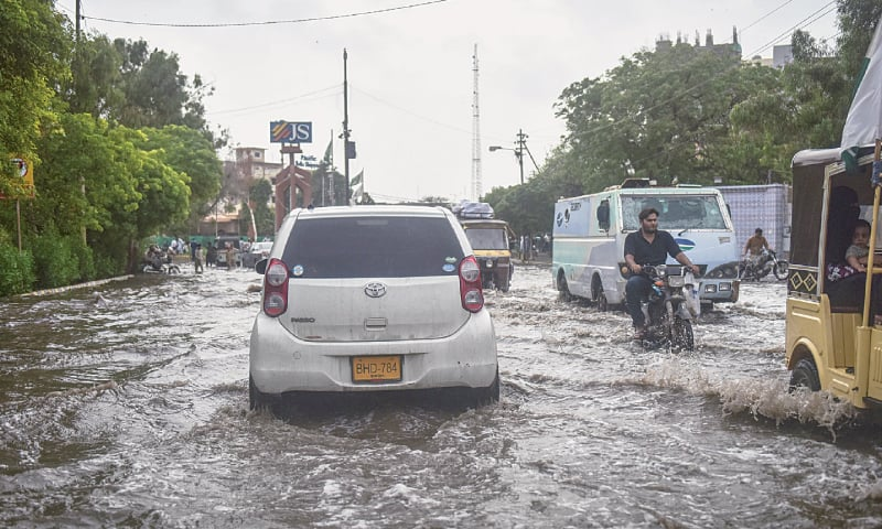 When cars and rickshaws become boats. / Photos by Fahim Siddiqi / White Star