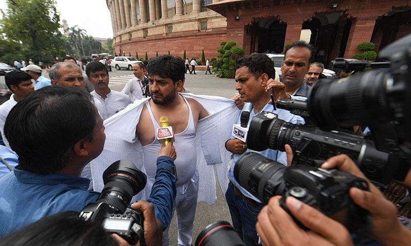 کشمیری رکن اسمبلی نے احتجاجاً اپنی قمیض پھاڑ ڈالی