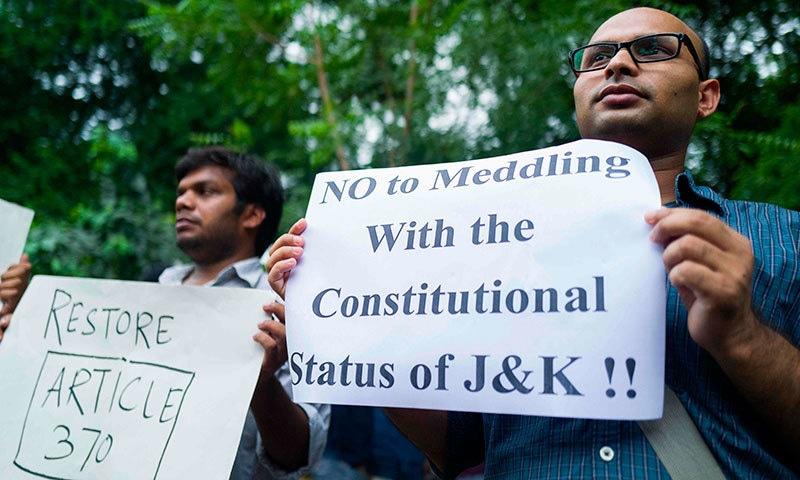 شہری آئین میں تبدیلی پر احتجاج کر رہے ہیں. فوٹو: اے ایف پی