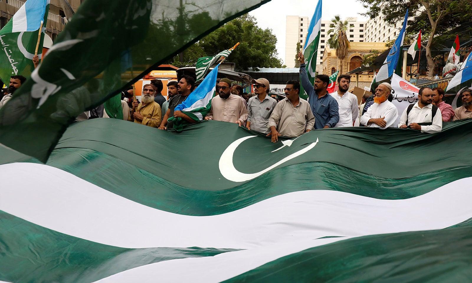 کراچی میں عوام کی بڑی تعداد نے بھارتی فیصلے پر احتجاج کیا — فوٹو: رائٹرز