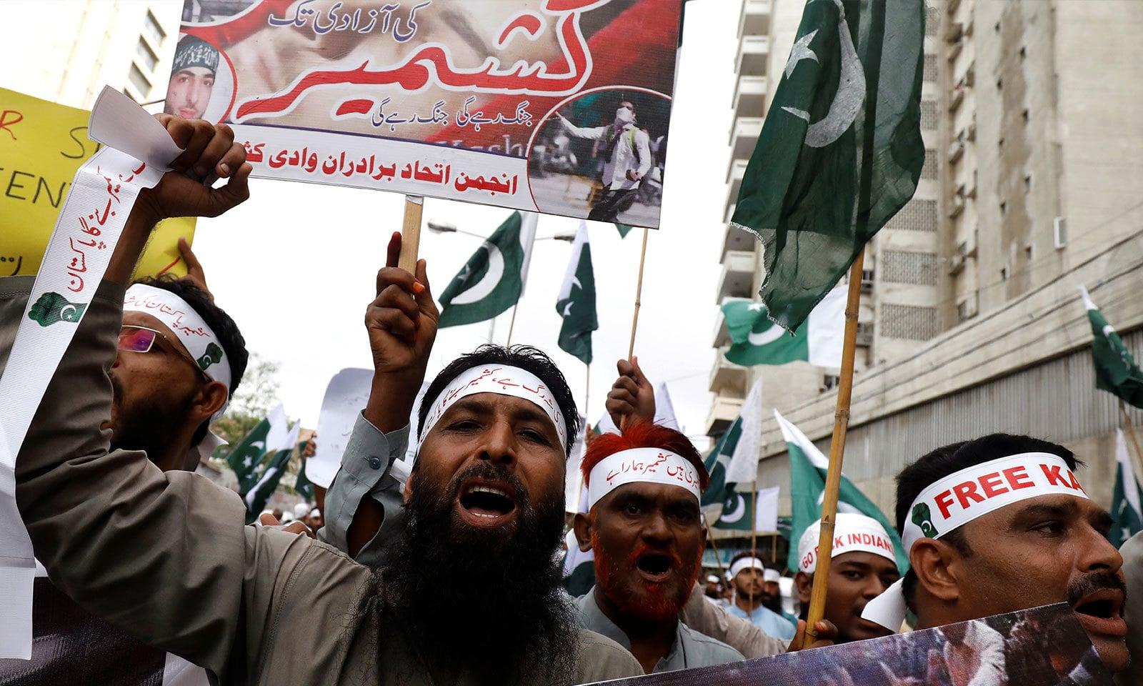 کراچی میں عوام کی بڑی تعداد کشمیریوں سے اظہار یکجہتی کرتی نظر آئی — فوٹو: رائٹرز