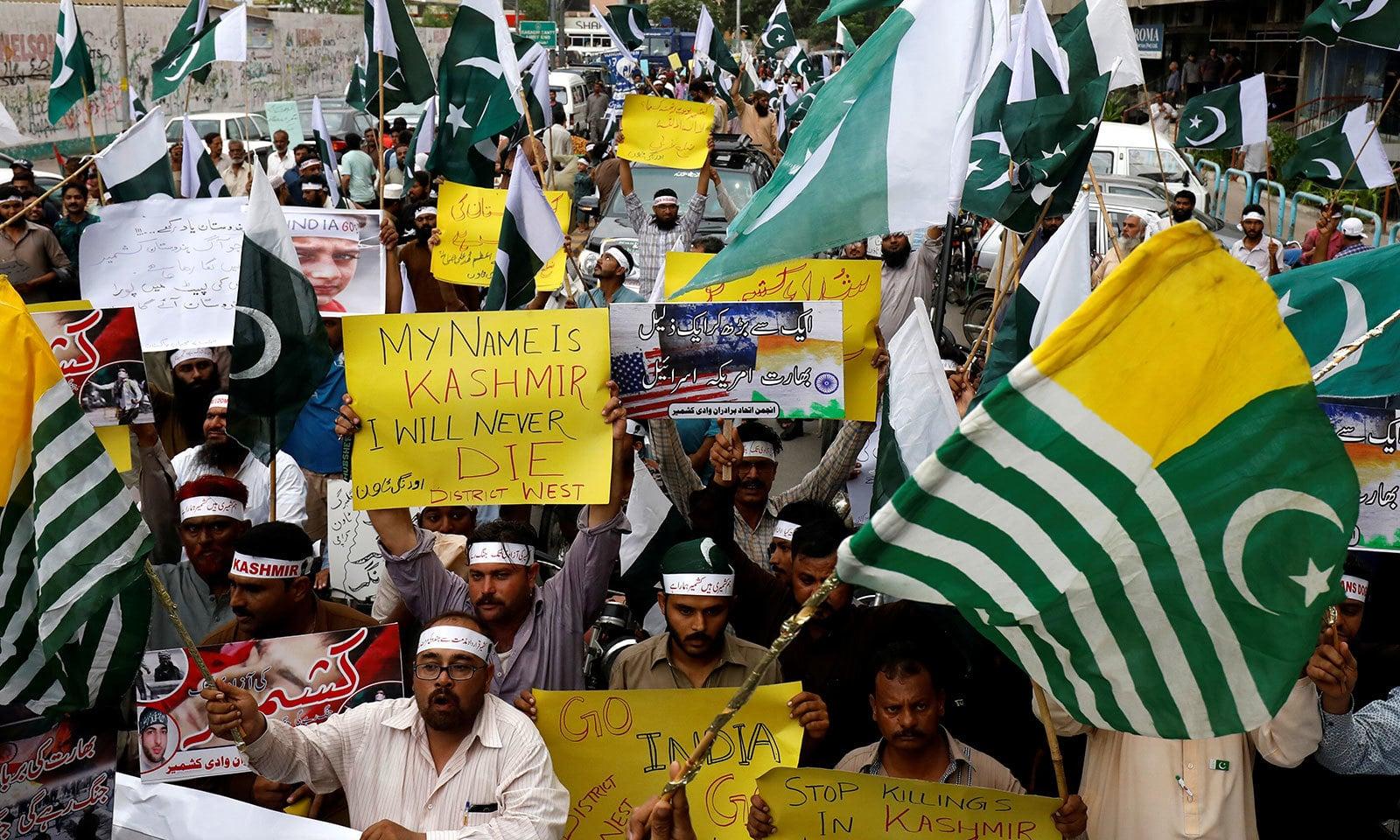 کراچی پریس کلب کے باہر مختلف جماعتوں نے کشمیری بھائیوں کے ساتھ یکجہتی کا اظہار کیا   — فوٹو: رائٹرز