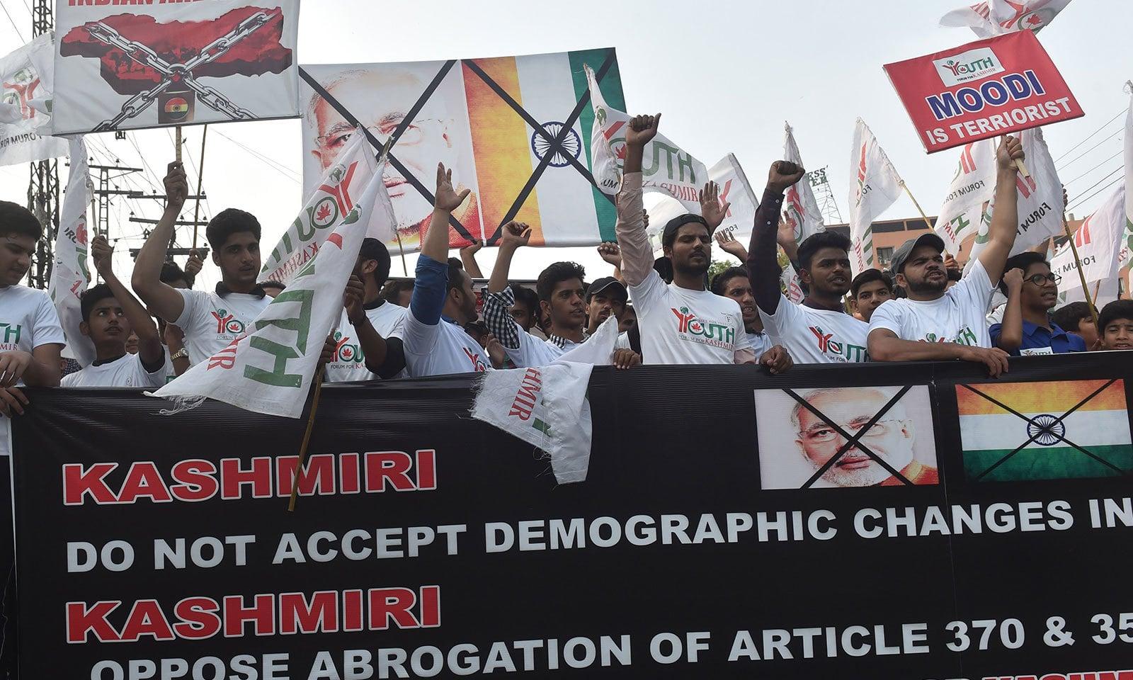 لاہور یوتھ فورم فار کشمیرنے بھارتی اقدام کے خلاف احتجاج کیا  — فوٹو: اے ایف پی