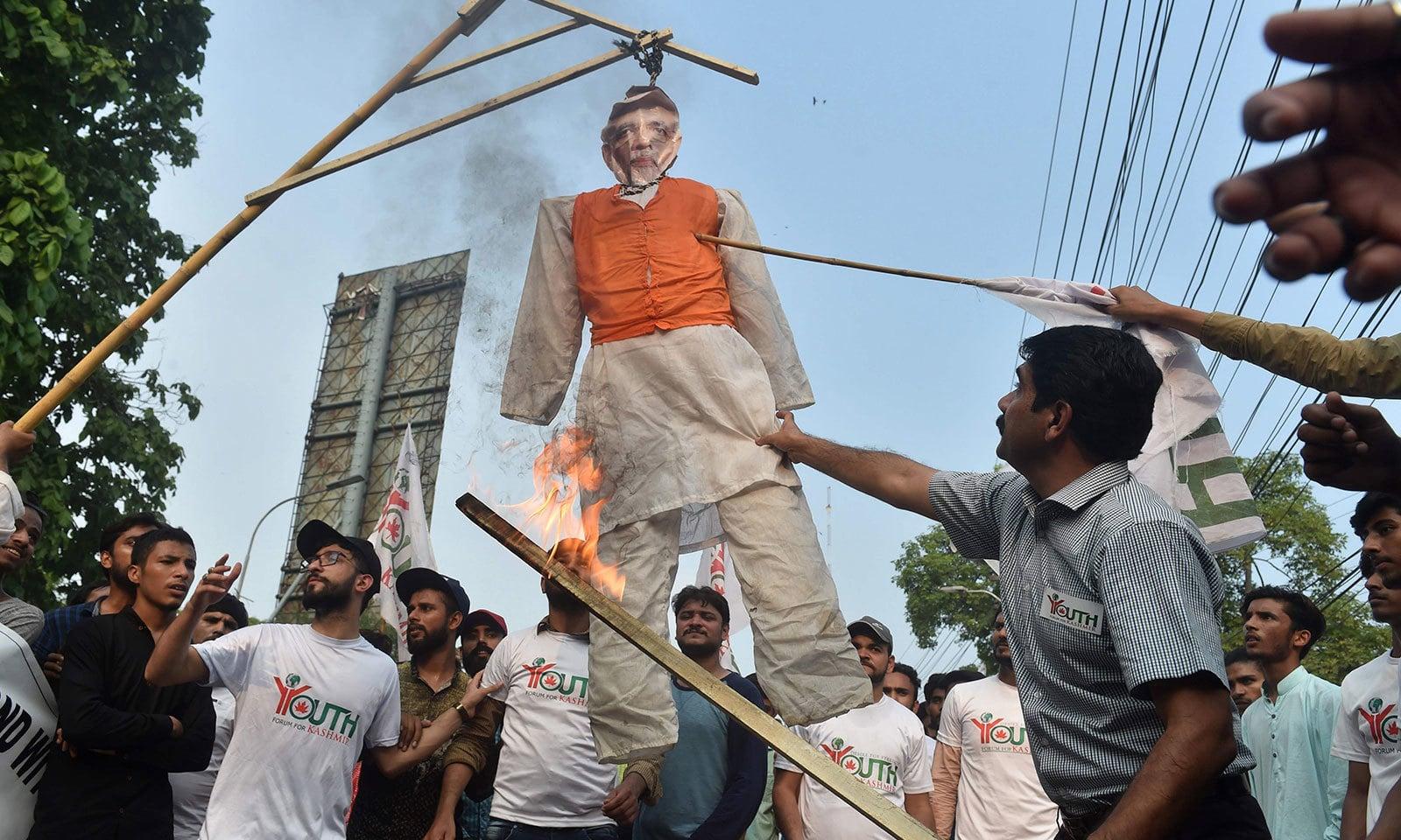 احتجاج کے دوران بھارتی وزیراعظم کا پُتلا بھی جلایا گیا— فوٹو: اے ایف پی