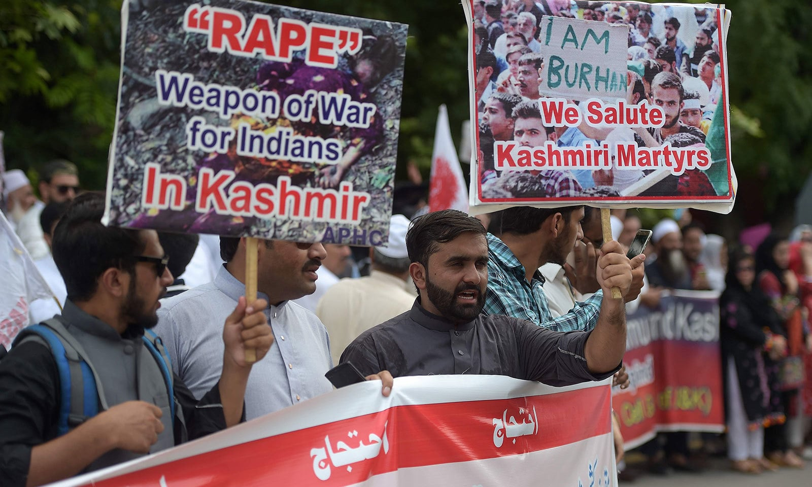 بھارتی فیصلے کے خلاف مختلف شہروں میں مظاہروں میں عوام نے بڑی تعداد میں شرکت کی — فوٹو: اے ایف پی