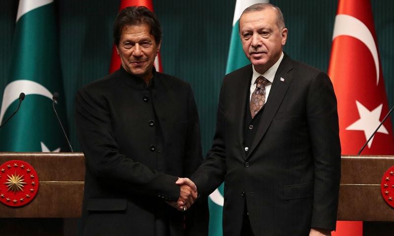 عمران خان نے دونوں رہنماؤں سے بھارتی اقدام کے بعد کی صورتحال پر بات چیت کی — فائل فوٹو: اے ایف پی