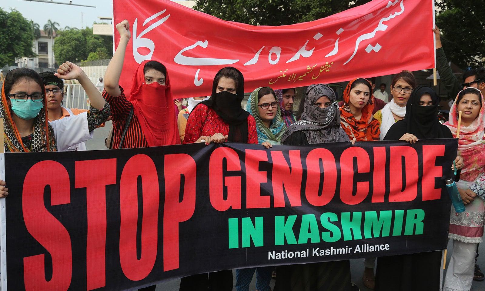 مقبوضہ کشمیر سے متعلق   بھارتی اقدام کے خلاف خواتین نے  بھی احتجاج کیا — فوٹو: اے پی
