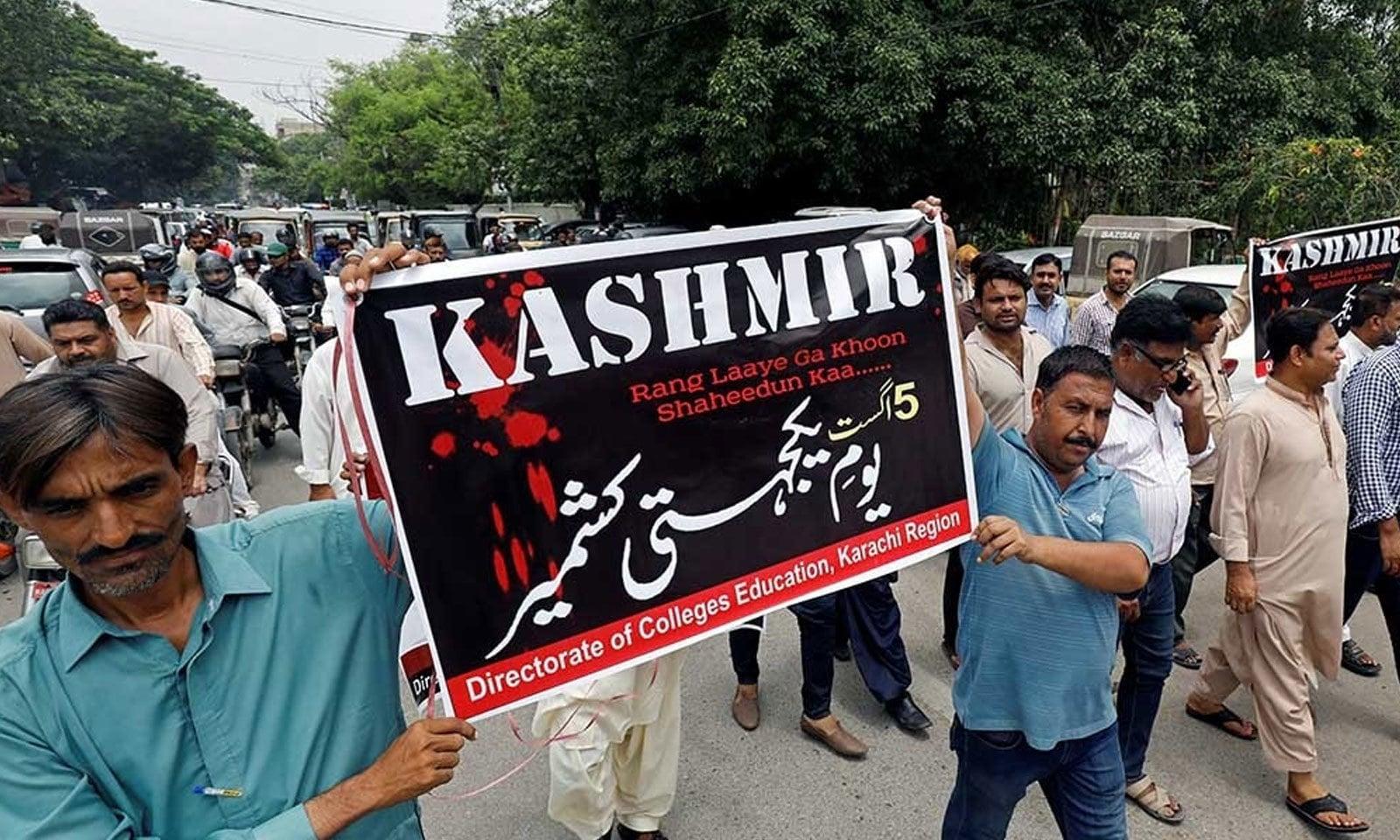 شہریوں نے بھارتی اقدام پر اس دن کو  یوم یکجہتی کشمیر کے طور پر منایا  — فوٹو: رائٹرز