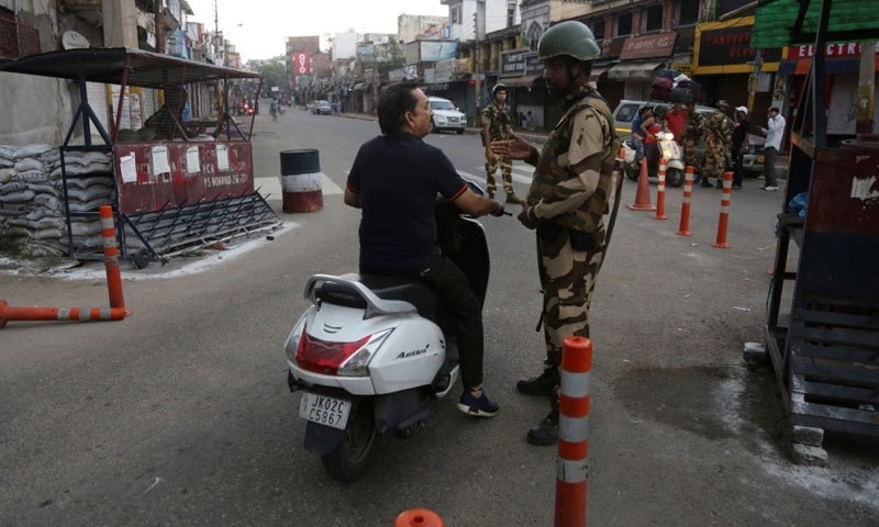 بھارتی حکومت نے مقبوضہ کشمیر میں کرفیو نافذ کردیا ہے — فوٹو:اے پی