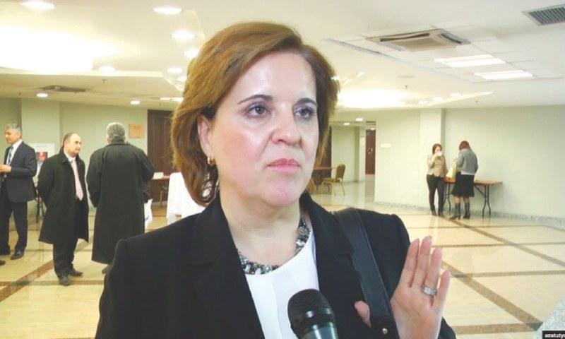 آئی ایم ایف کی رہائشی عہدیدار ٹریسا ڈبن سانشیز نے نیشنل پریس کلب میں صحافیوں سے گفتگو کی — تصویر: ڈان اخبار