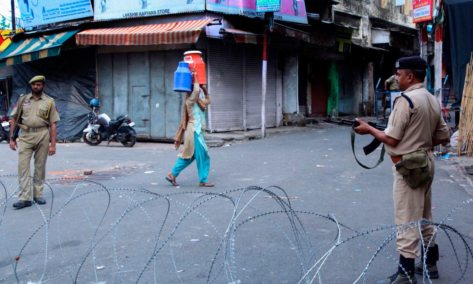 مقبوضہ کشمیر میں غیر معینہ مدت تک سخت کرفیو نافذ ہے — فوٹو: اے ایف پی
