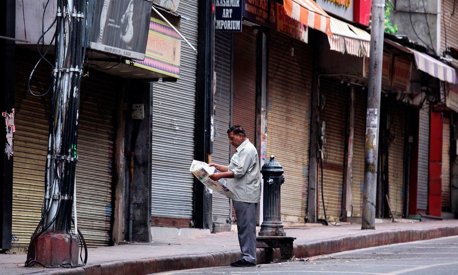 بھارت نے مقبوضہ کشمیر میں غیر معینہ مدت تک کرفیو نافذ کتردیا ہے — فوٹو: اے ایف پی