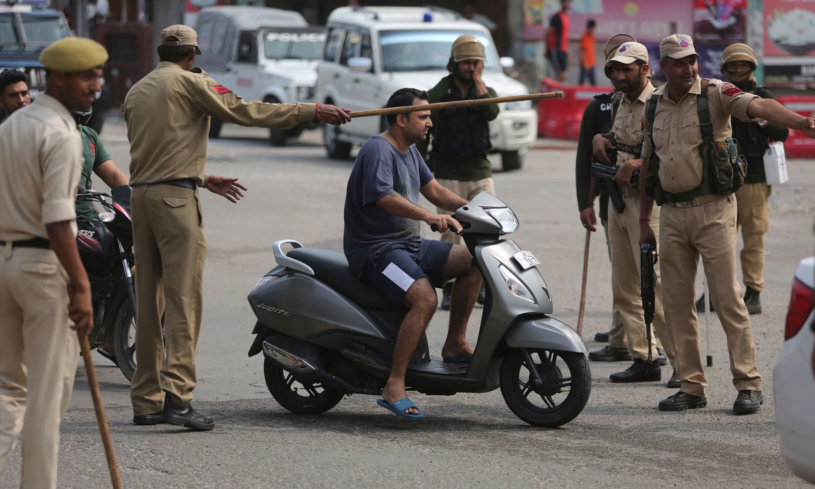 مقبوضہ کشمیر میں سیکیورٹی اہلکاروں کی تعداد میں اضافہ بھی کیا گیا پے — فوٹو: اے پی