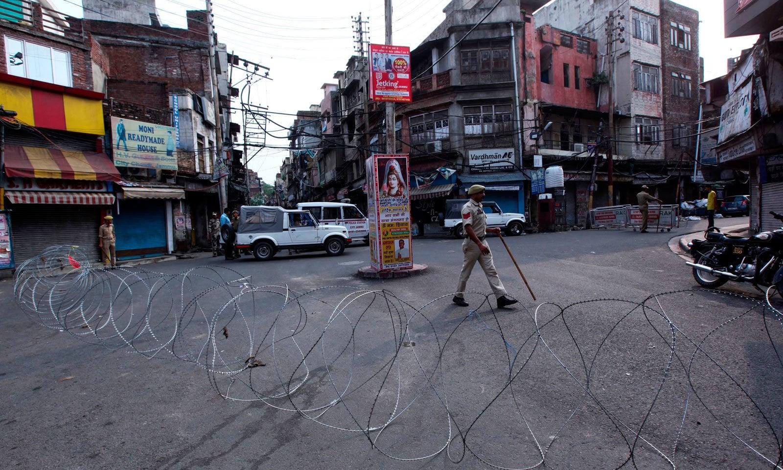 کرفیو کے باعث اکثر راستں کو باڑ لگا کر بند کیا گیا ہے — فوٹو: اے ایف پی