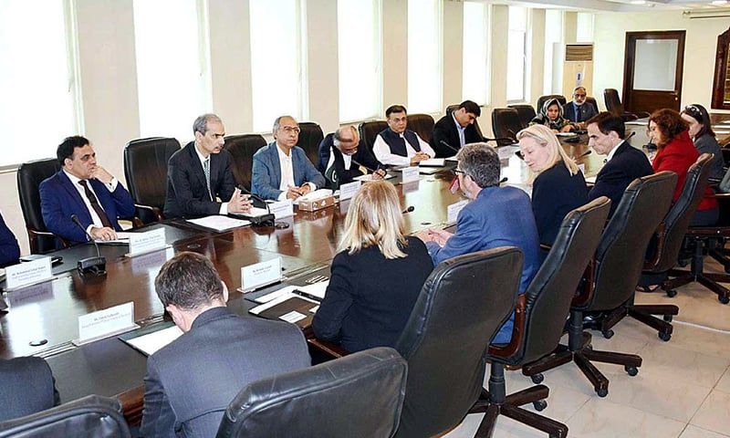 Prime Minister's Adviser on Finance and Revenue Dr Abdul Hafeez Sheikh chairing a meeting with Ambassador of USA to Pakistan Alice G Wells along with US treasury officials  Scott Rembrandt, Grant Vickers, David Galbraith and others. — APP