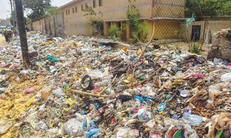 Choked drains cast doubts over govt's rain emergency measures in Karachi