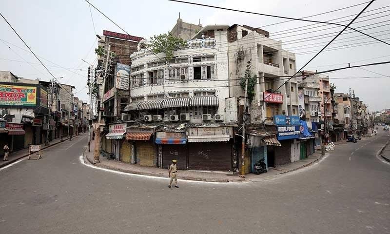 مقبوضہ وادی میں بھارتی حکومت نے غیر معیننہ مدت کے لیے کرفیو نافذ کردیا ہے — رائٹرز/فائل فوٹو