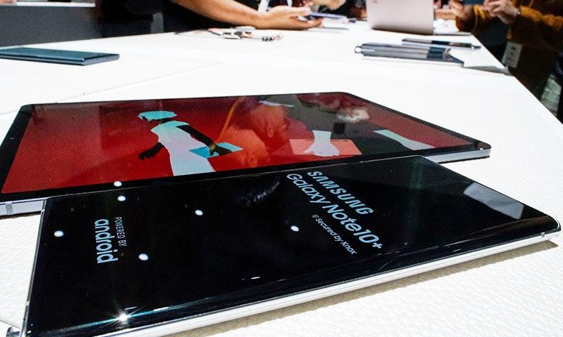 پہلی بار سام سنگ کے فونز میں 4 سے 5 کیمرے دیے گئے ہیں—فوٹو: رائٹرز