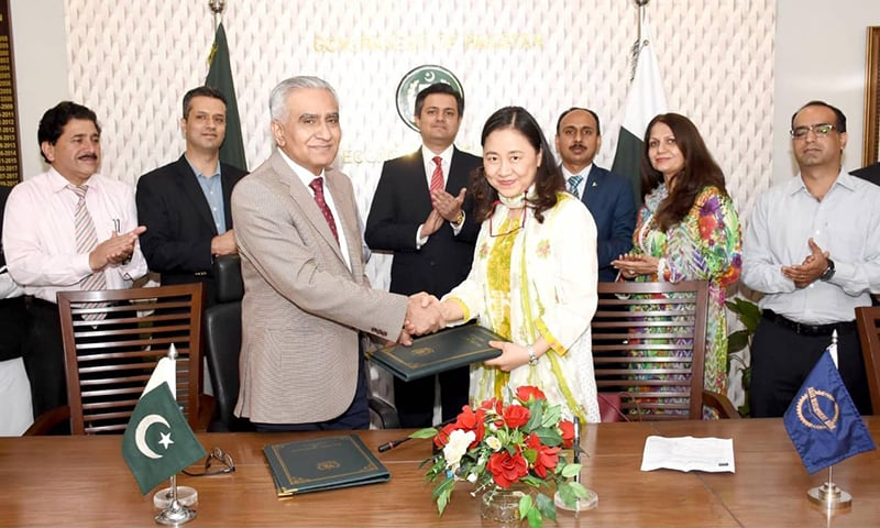 Noor Ahmed, Secretary, Economic Affairs Division and Xiaohong Yang, Country Director, Asian Development Bank (ADB) exchange documents after inking the  Trade and Competitiveness Programme (Subprogram –1) between the Government of Pakistan and ADB. — APP