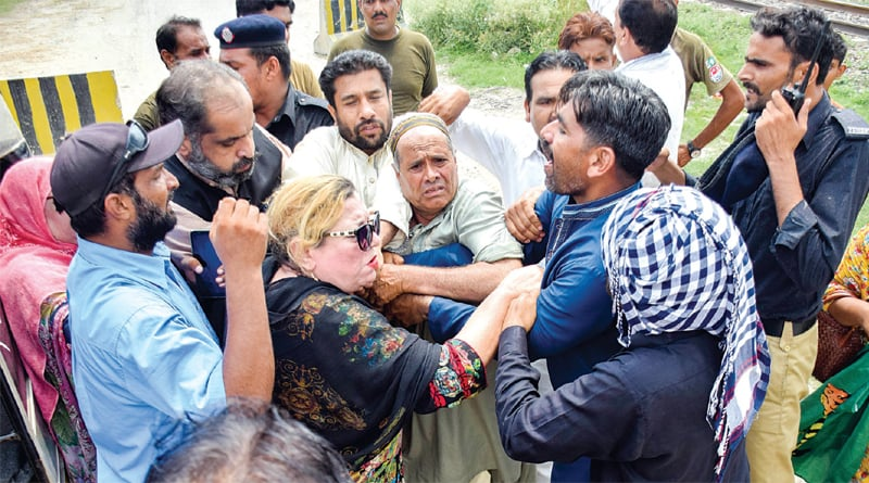 PML-N workers scuffle with police and security personnel outside the Kot Lakhpat jail after hearing the news of Maryam's arrest by the National Accountability Bureau. — White Star / Aun Jafri
