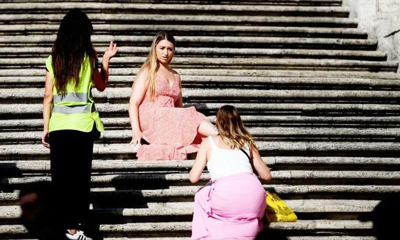 سیاحوں کی جانب سے بیٹھنے کی وجہ سے دوسرے لوگ پریشان ہوتے ہیں، انتطامیہ—فوٹو: اے ایف پی