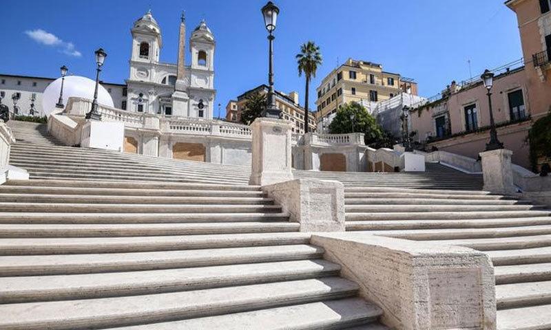 یہ سیڑھیاں چڑھ کو لوگ تاریخی اسکوائر پر پہنچتے ہیں: —فوٹو: انسا ٹریول