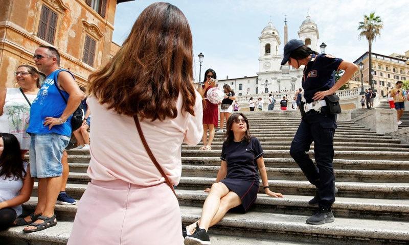 لوگوں کے نہ بیٹھنے کو یقنی بنانے کے لیے وہاں پولیس نفری تعینات کی گئی ہے—فوٹو: رائٹرز