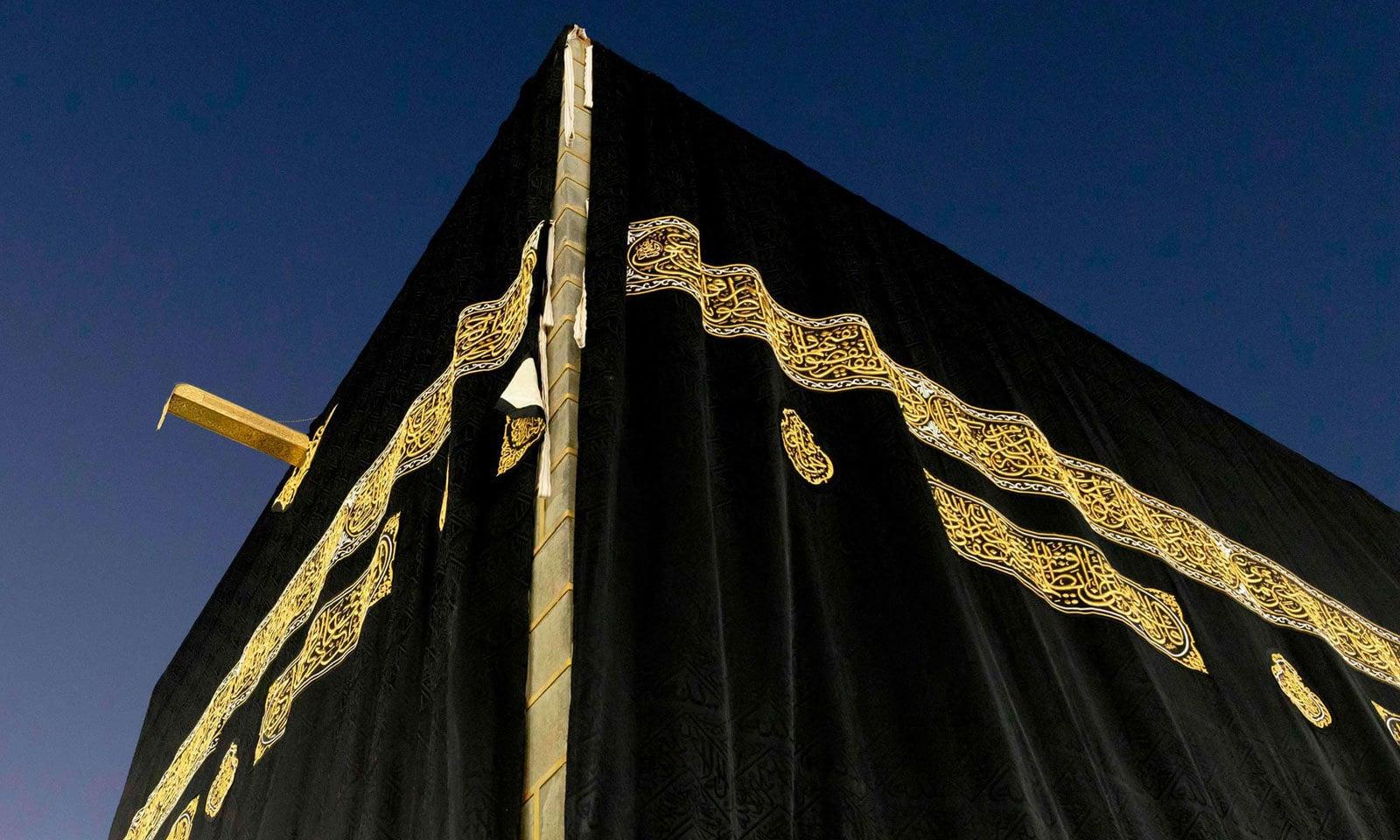 غلاف کعبہ کی تیاری میں 670 کلو گرام خام ریشم استعمال کیا جاتا ہے جس کا اندرونی حصہ سیاہ رنگ میں رنگا جاتا ہے— فوٹو: اےا یف پی