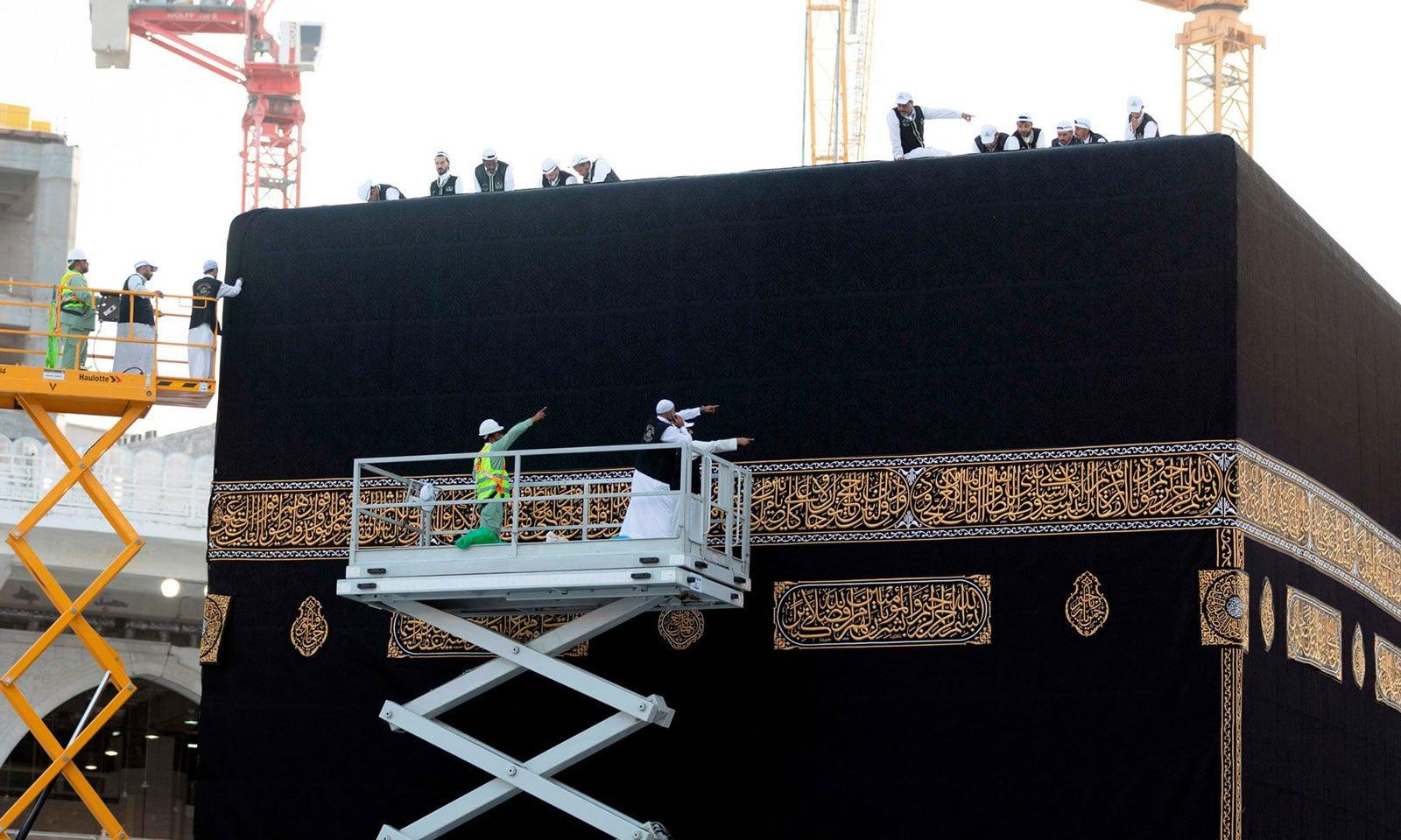 خانہ کعبہ کے نئے غلاف پر 'یا اللہ یا اللہ، لا اله الا الله محمد رسول الله، سبحان الله وبحمده، سبحان الله العظيم، اور' يا ديان يا منان' کے الفاظ درج ہیں— فوٹو: اےا یف پی