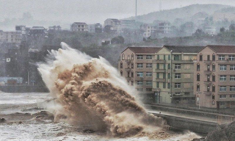 حکام کے مطابق متعدد اموات طوفانی بارش سے لینڈ سلائیڈنگ کی وجہ سے ہوئیں—بشکریہ: پیپلز ڈیلی، چین