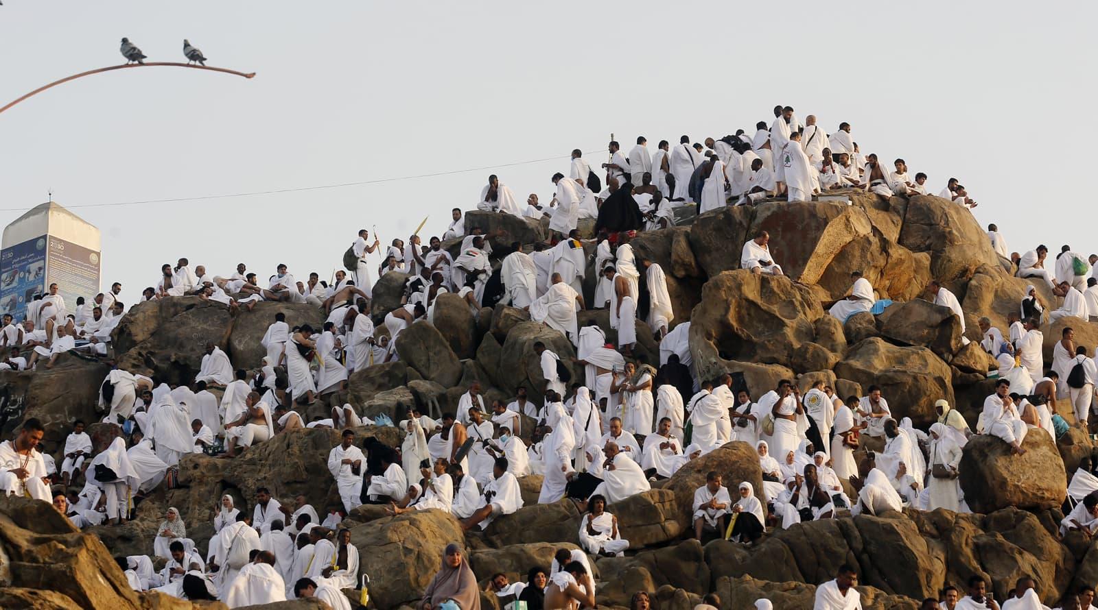 عازمین جبل رحمت پر جمع ہو رہے ہیں—فوٹو: اے پی