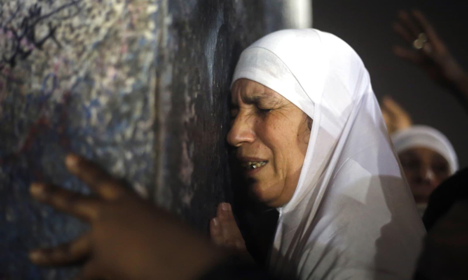 حجاج کرام جبل رحمت پر دعائیں مانگتے ہوئے آبدیدہ ہوگئے—فوٹو: اے پی