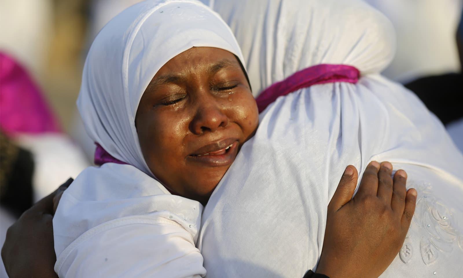 سوڈانی خواتین حج کا رکن اعظم 'وقوف عرفہ' ادا کرنے کے بعد ایک دوسرے کو مبارک باد دیتے ہوئے—فوٹو: اے پی