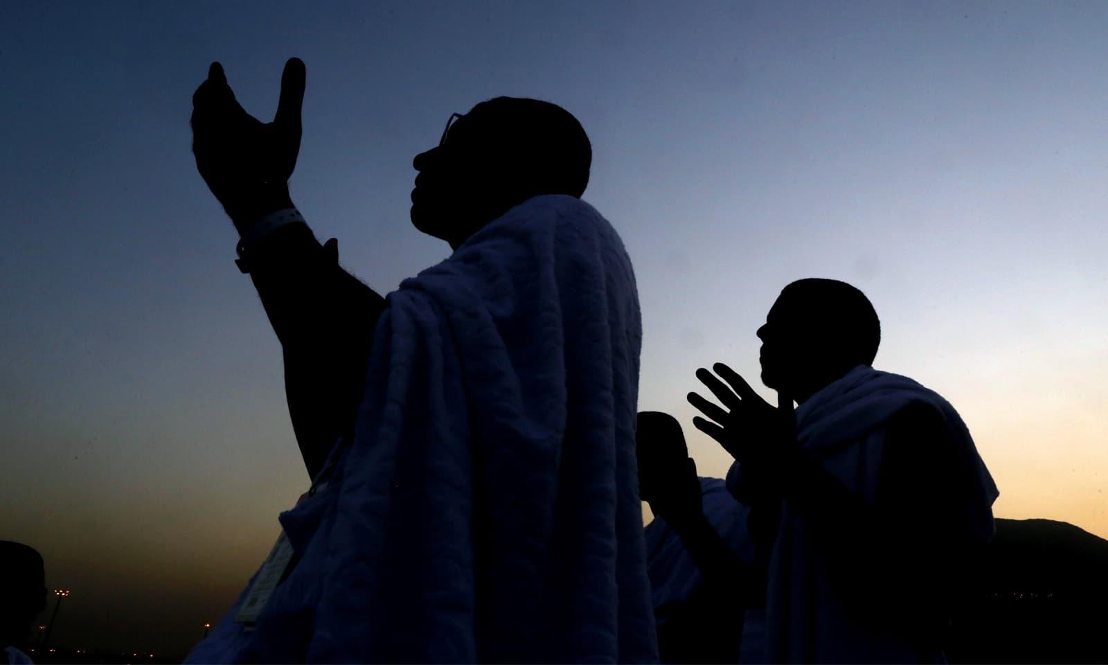 جبل رحمت پر عازمین دعائیں مانگ رہے ہیں —فوٹو: اے پی