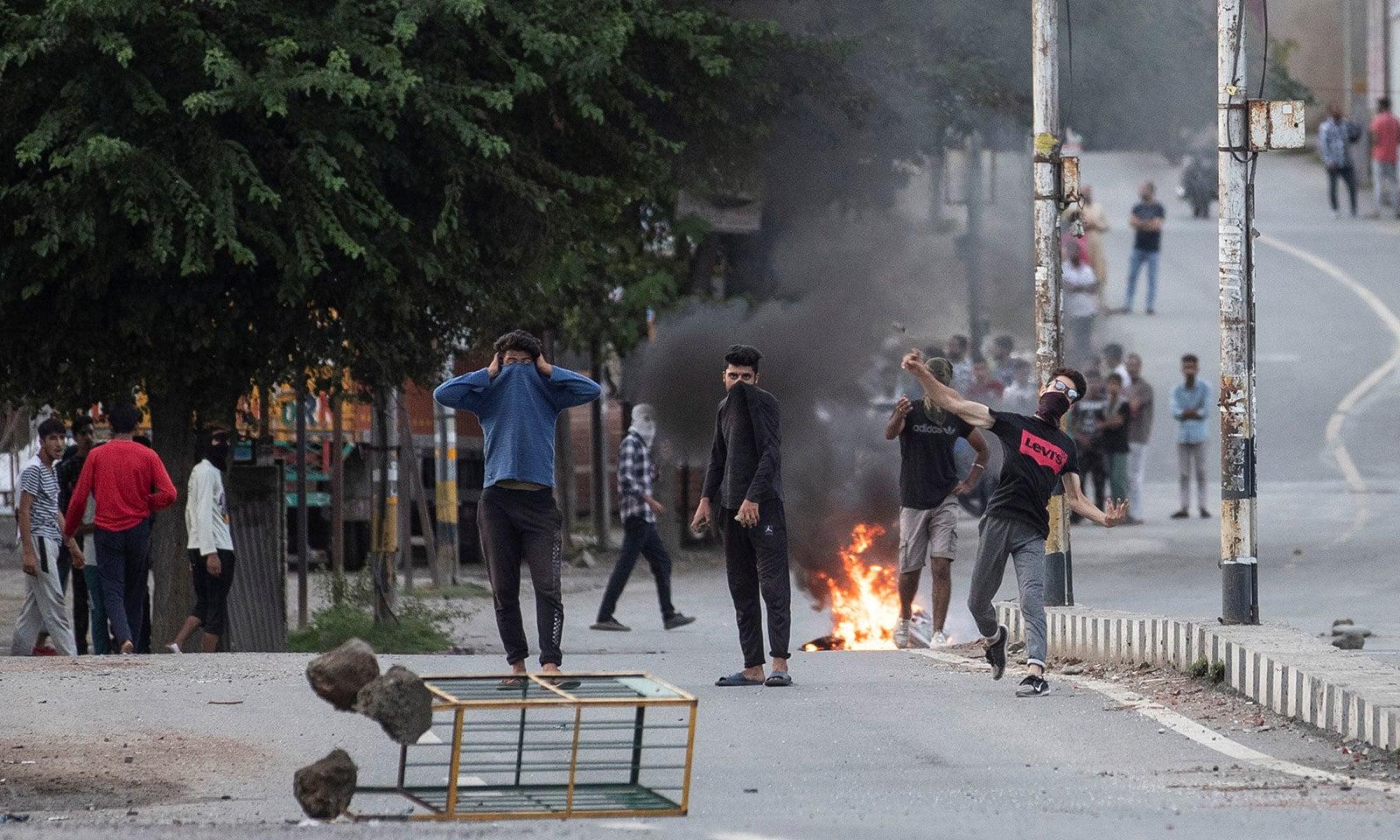احتجاج کے دوران کشمیری نوجوانوں نے ٹائر نذر آتش کیے—فوٹو:رائٹرز