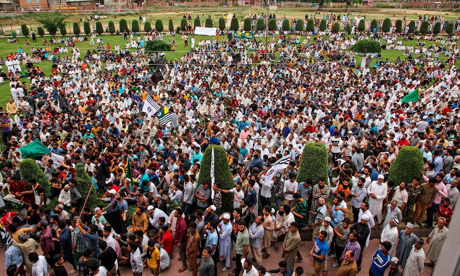 سری نگر میں مسلسل دوسرے روز بھی بھارت کے خلاف احتجاج کیا گیا—فوٹو:اے ایف پی